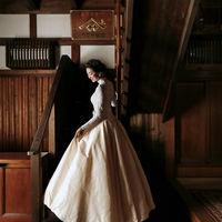 大正浪漫な土間の階段での2ショット。クラシックな雰囲気とドレスの相性が良く、人気の撮影スポットです。