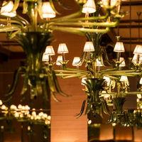 グリーンのヴェネシアングラスのシャンデリアが美しく輝く「ヴェネシアンルーム」