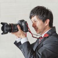 カメラマンは幸せの瞬間を見逃さずにシャッターを押し続けます