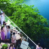 松山市内から車で15分。森と湖の絶景リゾーとで叶える、解放感抜群の式場! 会場とつながるガーデン&デッキテラスを自由に使ってゲストとの思い出を存分に楽しもう!