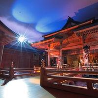 【八尋殿】110坪もの面積を誇る本格的な檜造りの神殿。世界遺産でもある厳島神社をイメージ
