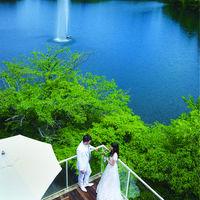 湖を一望できるステキなテラス!おおきな湖の中央では噴水にかかる虹の演出も!