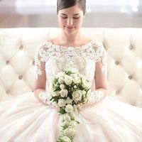 ドレスやブーケでロイヤルな花嫁を演出。