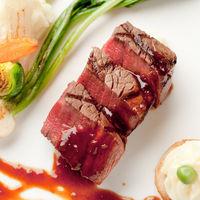 メインとなる牛肉は一時間以上かけて低温でじっくり焼き上げる逸品