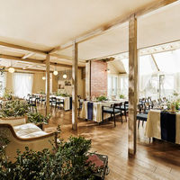 オープンキッチンやお洒落な暖炉を備えたナチュラルな空間