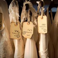 一つ一つのパーツが丁寧に手作りされた繊細なデザイン、海外から取り寄せたウエディングドレスが並ぶ