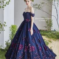 全面に花柄を刺繍した女性らしいデザイン。オフショルダーでデコルテラインも美しく。