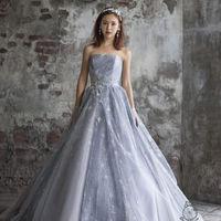 流行りのアイスグレーのドレスでお洒落なパーティーを。グリッター加工は華麗さを引き立たせます。