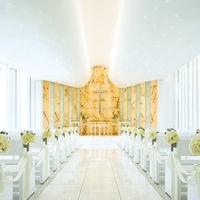 純白の大理石に自然光が降り注ぐ、幻想的な『光のチャペル』。 17mものバージンロードの先に待つのは、 厳かな十字架と感動の瞬間。