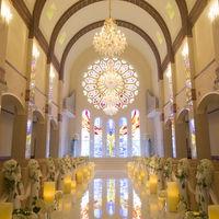 柔らかな白にステンドグラスが映える、幸福に満ちたラ・ブリエ教会