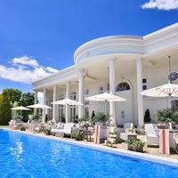 貸切のプールと白亜の大豪邸はゲストにもインパクト抜群!