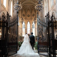 中世ヨーロッパの大聖堂を忠実に再現した内装。純白のウエディングドレスが映え、おふたりは勿論ゲストの心にも残るお特別なウエディングが叶う・・・。