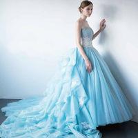 ライトブルーのドレスは花嫁を優しく上品な雰囲気に包み込む