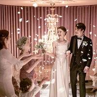 ゲストから送られる歓声と花びらが、ふたりの特別な思い出に