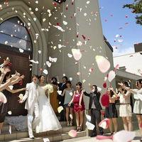 挙式後はゲストのみんなから祝福のフラワーシャワー
