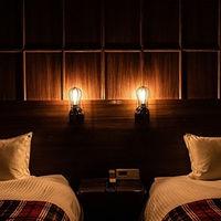 「デザイナーズツインルーム」ウッドの重厚感ある空間。ゲストの宿泊は最大50%OFFでご案内致します。