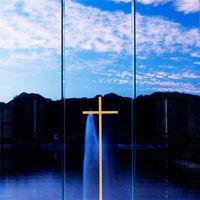永遠の愛を誓う二人を見守る十字架。その一瞬一瞬が心が洗われる神聖な時間に