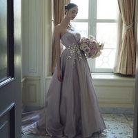 オーセンティックな空気感で上質な花嫁に誘うドレス