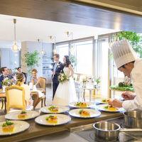 オープンキッチンからあふれる音や香りが、ゲストの五感を楽しませてくれる