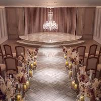 花嫁姿を美しく際立たせるシャビーグレーの空間に、バカラ社製シャンデリアのクリスタルが輝く