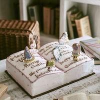新鮮なフルーツやコクの深い生クリームなど、素材にもこだわったBOOK型ウエディングケーキ。