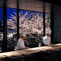 レストランからも桜や噴水が一望できる。結婚式後も記念日にはじたりでゆっくりと語らう時間を・・・