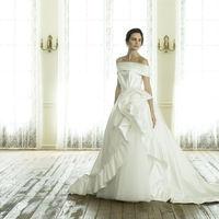 熟練の職人たちにより大切にハンドメイドされるオートクチュールのためのウェディングドレス。