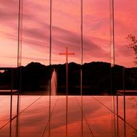 刻々と移り変わる夕日に染まるチャペル。感動の瞬間がここに・・・!