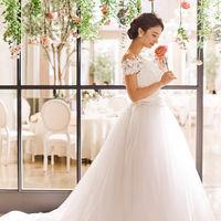 光をまとい表情を柔らかく見せてくれる 優しい印象のウェディングドレス