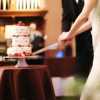 ウエディングケーキ入刀。苺をあしらったネイキッドケーキは見た目も可愛い!
