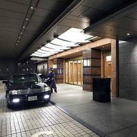 車寄せには羽田空港からの直通リムジンバスも完備。