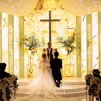 """おふたりの永遠の愛を大切なゲストに見守られながら神様に誓う 祭壇に煌めくイエローオニキスは""""夫婦の幸福と安定・成功""""を象徴するもの。 おふたりの誓いの瞬間を、よりいっそう印象深く演出いたします。"""