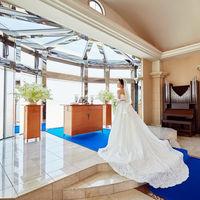 ロイヤルブルーのカーペットはウェディングドレスを鮮やかに映し出します