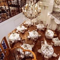 天井高9メートルの吹き抜け。開放的な空間でのご披露宴は、安心と寛ぎの時間になること間違いなし。
