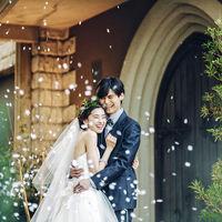 挙式後はチャペルガーデンで祝福のフラワーシャワーを。