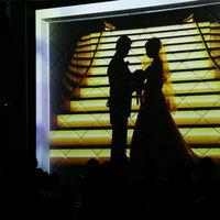 壁一面のスクリーン。 迫力のある映像演出に、ゲストからも歓声が起こる。