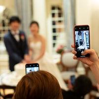 ケーキ入刀のシーンではたくさんのカメラが向けられます。 みんなのカメラに映る写真の新郎新婦はどれも笑顔
