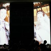 珍しい縦長のスクリーン。 印象に残る映像演出で、ゲストも引き込まれる。