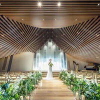 【6Fチャペル】新歌舞伎座のアイコンともいえる屋根を継承。隈研吾氏デザインの象徴となる「本物の木のぬくもり」「屋根へのこだわり」が表現されている。 和紙調のステンドグラスによる柔らかい光がさらに温かみある挙式を演出します。