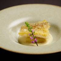 新鮮な甘鯛を鱗をつけたままカリカリにオーブンローストし、香ばしく仕上げた逸品。柚子胡椒がアクセントのクリームソースに絡めてお召し上り頂きます。