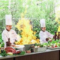 その場で料理を仕上げてくれるシェフのパフォーマンスに思わず歓声が。出来立てをゲストに振舞おう!