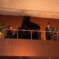 ボールルームでは、中2階のバルコニーから響き渡る生演奏の演出も人気。優美なハーモニーにつつまれて、ふたりのこだわりのメニューをお楽しみいただくことは、ゲストへの何よりにおもてなしに。