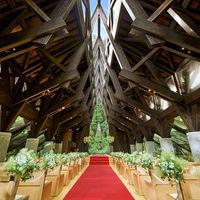 森に佇む独立型教会「風詩(かざうた)の教会」全てを天然木で組んでおり木の優しい香りと、柔らかい光が差し込むチャペルで特別な空間に♪