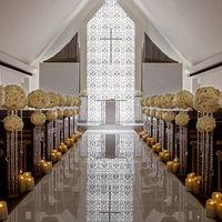 「光と花」をテーマにした、純白のチャペル。大理石のヴァージンロードには二人の姿が美しく映り込む。