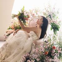 可愛い花に囲まれた花嫁様