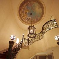 螺旋階段は天井画のあるクラシックなフォトスポット♪