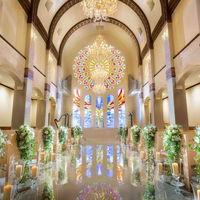 高い天井から、舞い降りる天使の羽根。花嫁をいっそう美しく照らしだす、大きなステンドグラス。印象的な誓いが叶う、白亜の大聖堂