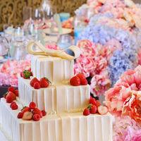 おふたりのウェディングを彩るウェディングケーキ。パテシエが心を込めてお作りいたします。