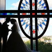 大聖堂前にあるステンドグラス。 前撮りではもちろん、ゲストの方のフォトスポットでもあります。
