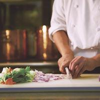 メインディッシュにはフランベ演出がついてくる。五感で楽しめるコース料理は素材にこだわって